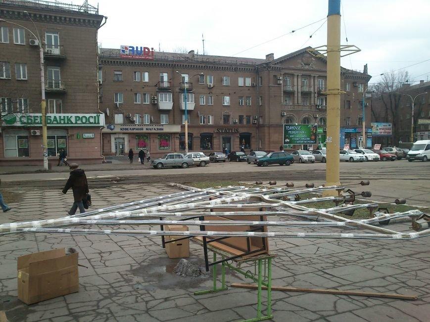 В Днепродзержинске украшают центральную городскую елку и устанавливают менору, фото-6