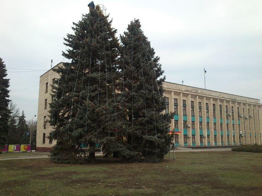 В Днепродзержинске украшают центральную городскую елку и устанавливают менору, фото-3