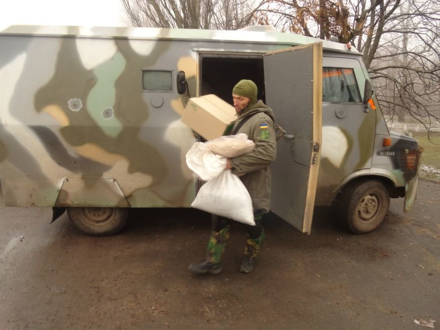 Солдаты передали продукты детям и  старикам поселков, выживавших под обстрелами без средств к существованию(ФОТОРЕПОРТАЖ) (фото) - фото 2