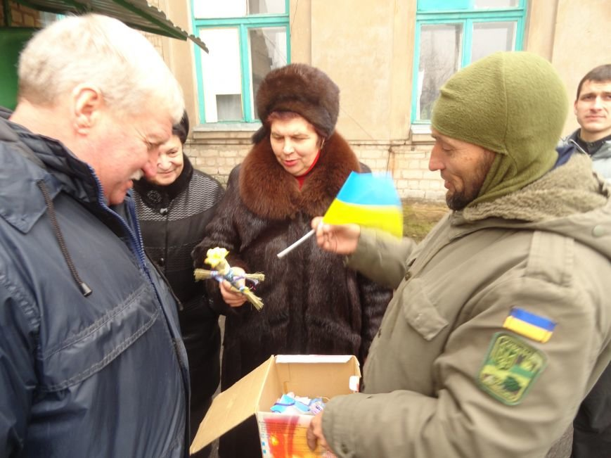 Солдаты передали продукты детям и  старикам поселков, выживавших под обстрелами без средств к существованию(ФОТОРЕПОРТАЖ) (фото) - фото 4