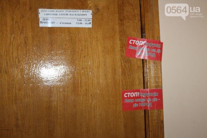В Кривом Роге начали закрывать подпольные казино, а двери чиновников опечатали наклейками «Стоп коррупционер» (фото) - фото 2