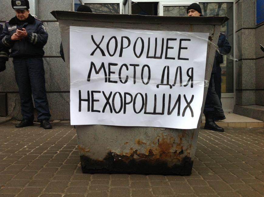 В Харькове активисты хотели устроить мусорную люстрацию чиновнику горсовета (ФОТО+ВИДЕО), фото-10