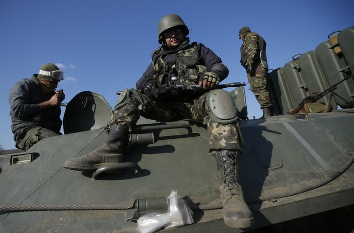 Українські військові в зоні АТО (фото – versii.if.ua)