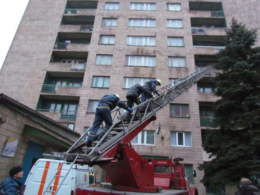 Из здания мариупольского общежития во время пожара эвакуировали двоих пострадавших (ФОТО), фото-19