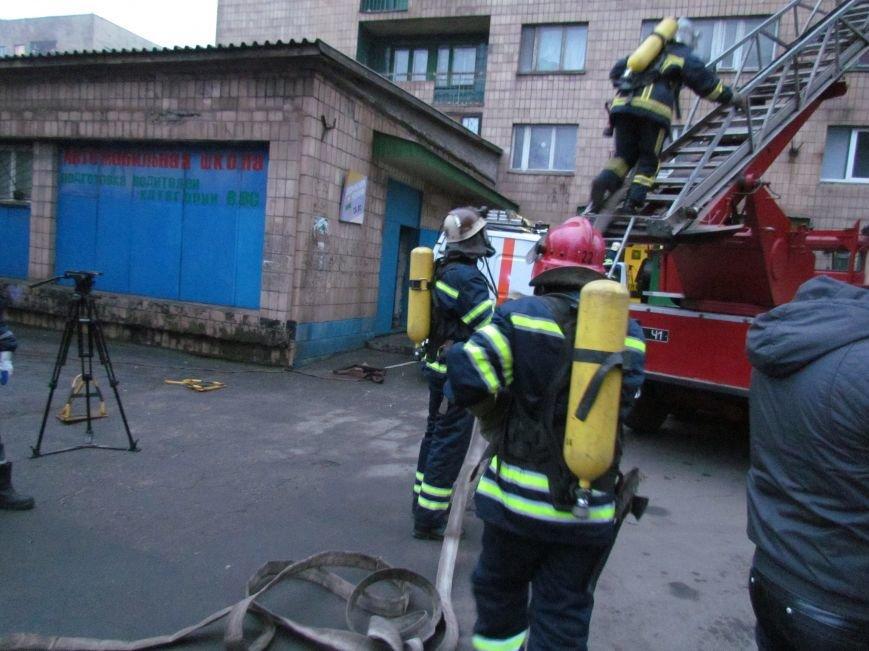 Из здания мариупольского общежития во время пожара эвакуировали двоих пострадавших (ФОТО), фото-17