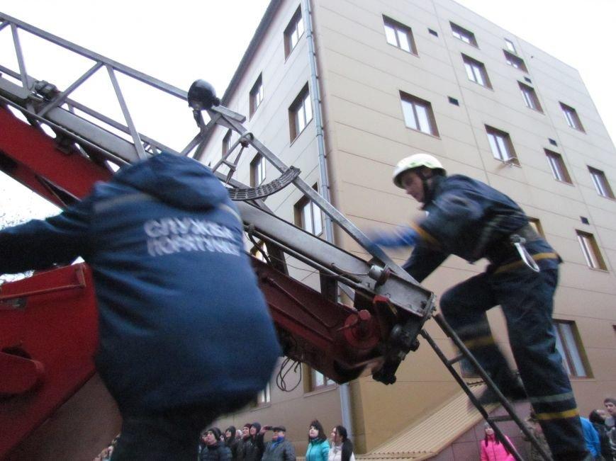 Из здания мариупольского общежития во время пожара эвакуировали двоих пострадавших (ФОТО), фото-20