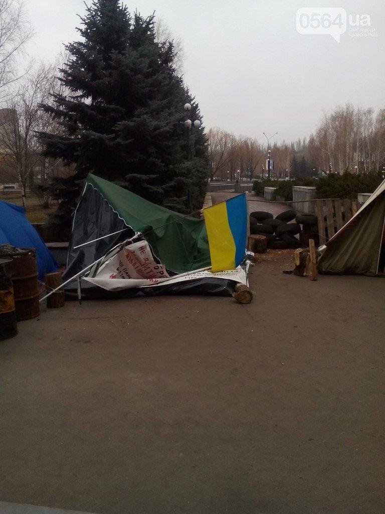 В Криворожском исполкоме: «Муниципалы» ловили певицу, спецбатальон «Кривбасс» выводил активистов, а под горисполкомом «сдуло» палатку (фото) - фото 1
