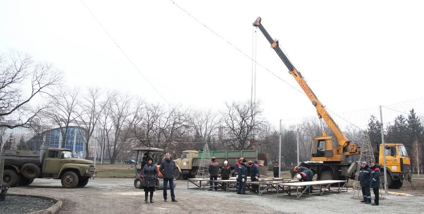 После отпуска мэр Кривого Рога Юрий Вилкул сразу проверил, как идут работы в елочном городке на новом месте (ФОТО), фото-4