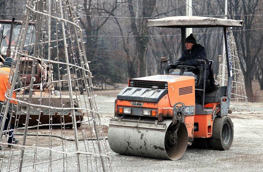 После отпуска мэр Кривого Рога Юрий Вилкул сразу проверил, как идут работы в елочном городке на новом месте (ФОТО), фото-2
