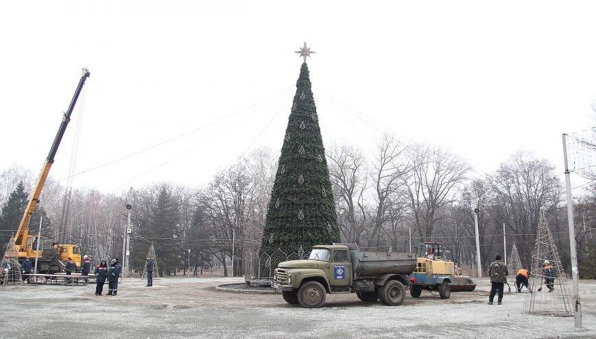 После отпуска мэр Кривого Рога Юрий Вилкул сразу проверил, как идут работы в елочном городке на новом месте (ФОТО), фото-1