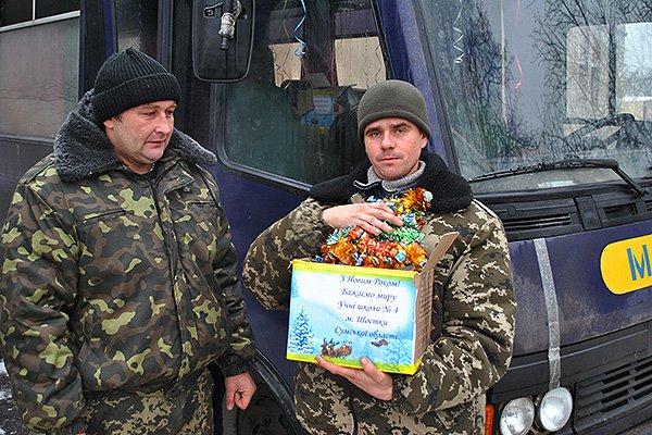 Гвардейцы поздравили детишек с Николаем (фото) - фото 1
