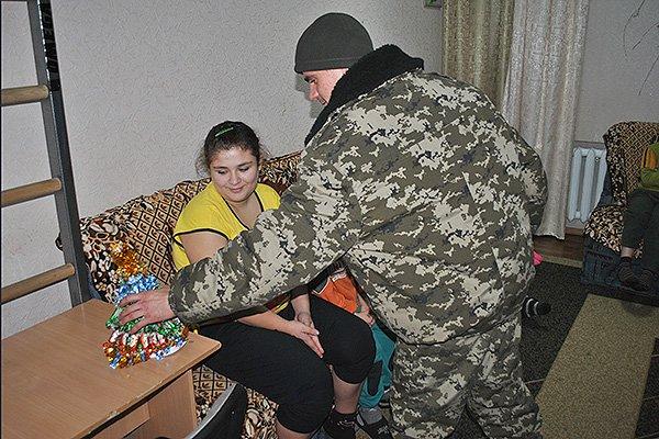 Гвардейцы поздравили детишек с Николаем (фото) - фото 2