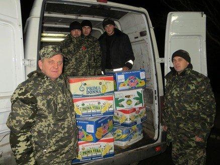 Запорожские казаки передали вещи и продукты для военных на Чонгаре (ФОТО) (фото) - фото 1