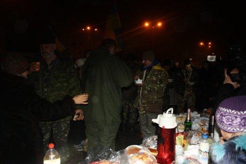 Вчера горожане встретили херсонцев, вернувшихся из АТО (фото) - фото 1