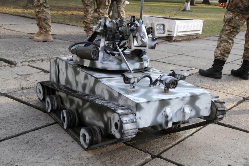 Львівські інженери презентували танк-крихітку для служби в АТО (ФОТО) (фото) - фото 1