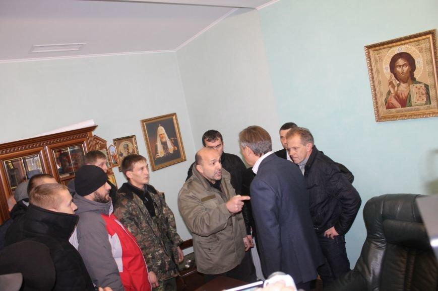 В Кривом Роге протестующие срезали болгаркой забор у офиса «Метинвеста» и под крики «Ганьба!» вошли в кабинет директора (ДОБАВЛЕНЫ ФОТО), фото-14