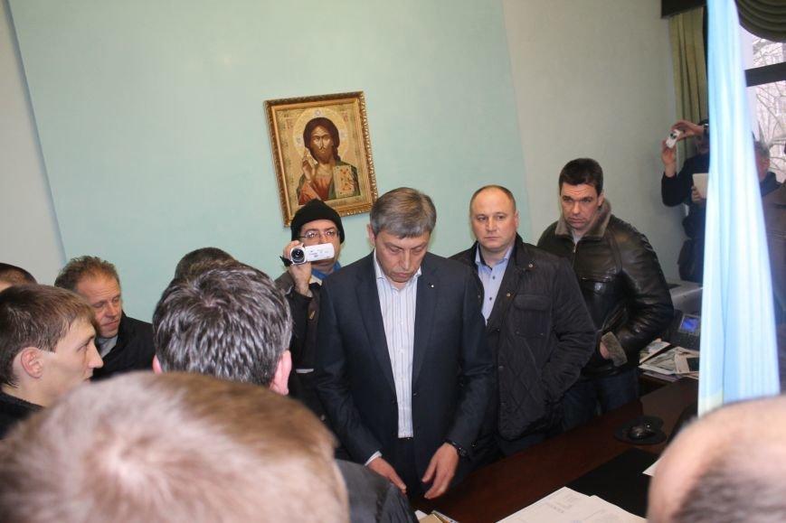 В Кривом Роге протестующие срезали болгаркой забор у офиса «Метинвеста» и под крики «Ганьба!» вошли в кабинет директора (ДОБАВЛЕНЫ ФОТО), фото-21