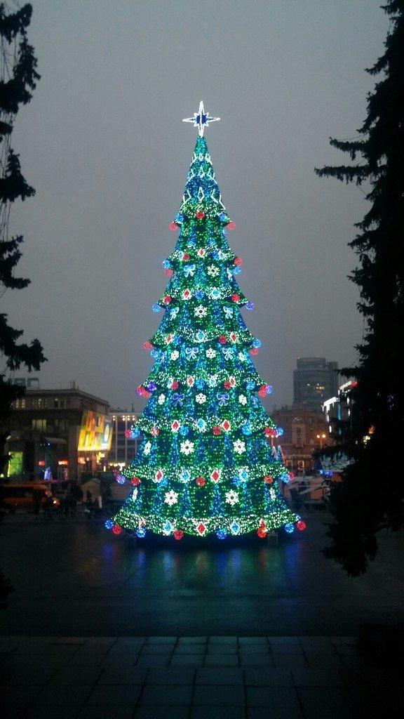На центральной площади Днепропетровска состоялся пробный пуск главной елки города(ФОТО) (фото) - фото 1