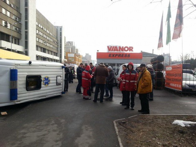 В Киеве Toyota Camry не пропустила «скорую». Машина медиков перевернулась (ФОТО) (фото) - фото 1