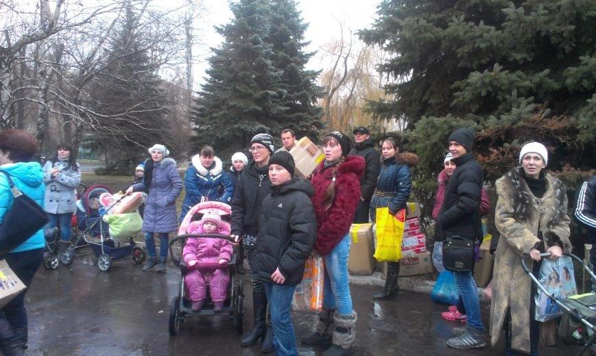 Многодетным семьям из Авдеевки раздали гуманитарную помощь от семей из Тернополя (фото) - фото 1