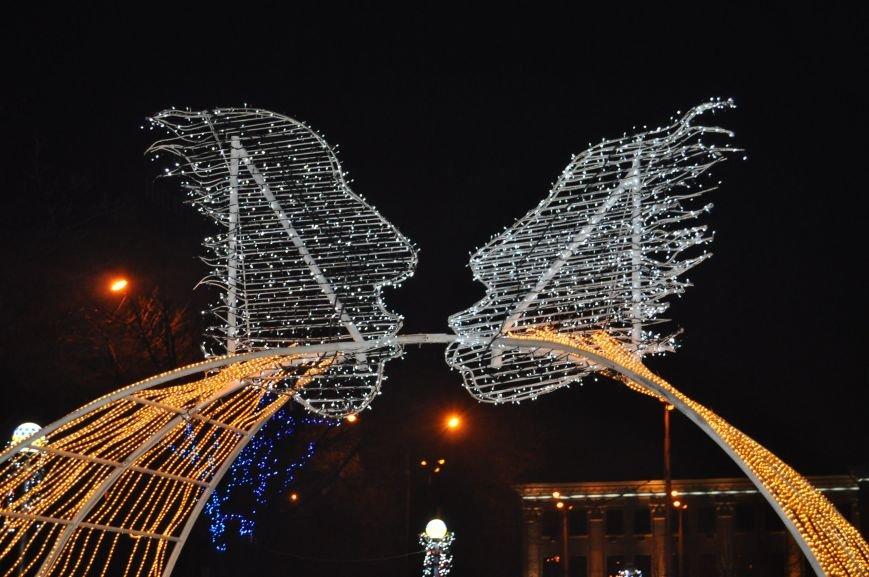 ФОТОРЕПОРТАЖ: В Запорожье готовят грандиозную новогоднюю иллюминацию (фото) - фото 3