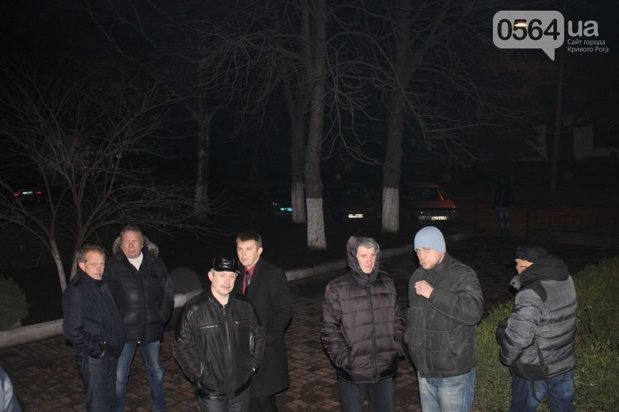 В Кривом Роге группа людей ворвалась в офис «Метинвеста», а милиция доставила в РОВД протестующих (фото) - фото 2