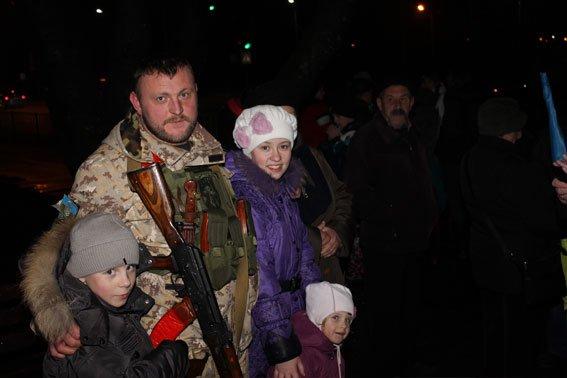 У Львові малюки зустріли своїх батьків з АТО з прапорами та обіймами (ФОТОРЕПОРТАЖ) (фото) - фото 1