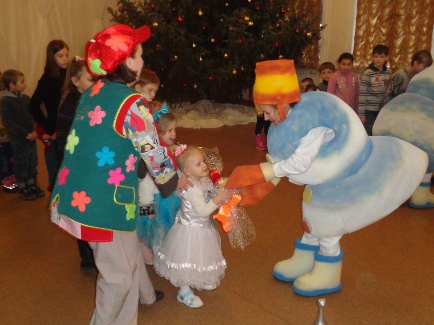 Дети беженцев повстречались  в Мариуполе с дедом Морозом (ФОТОРЕПОРТАЖ) (фото) - фото 1