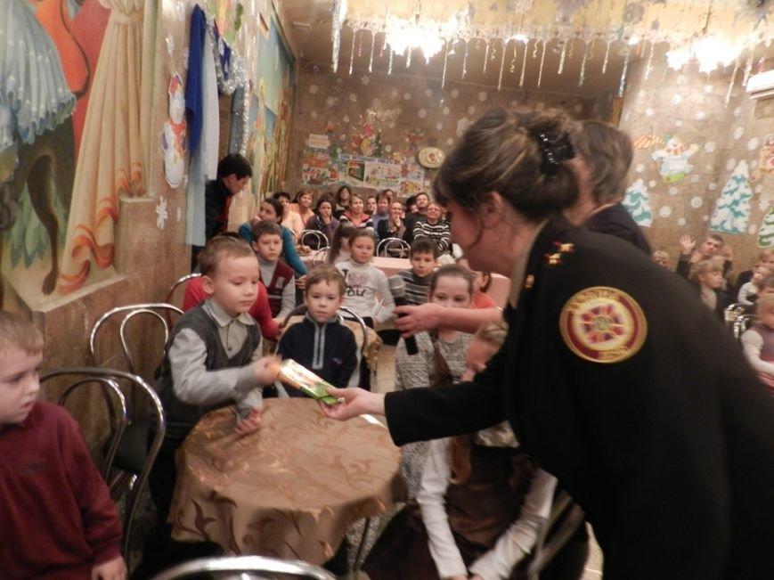 Херсонская область: спасатели подарили детям переселенцев путешествие в сказку (фото) - фото 4