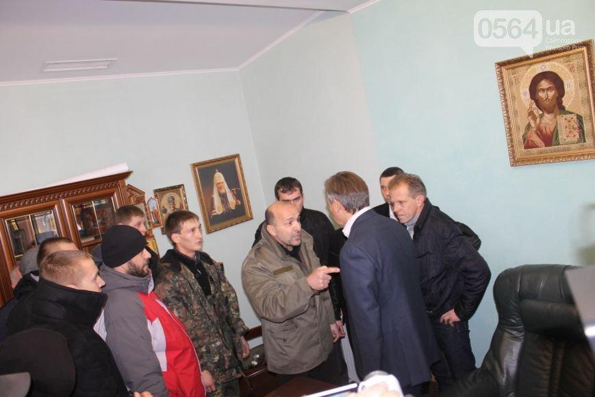 Правый сектор:  Под офисом «Метинвеста» не было ни одного члена нашей организации (фото) - фото 1