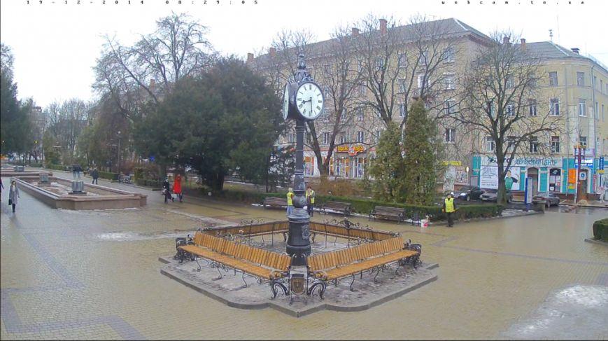 У Тернополі трьохсторонній годинник оточили кованими лавочками (фото) (фото) - фото 1