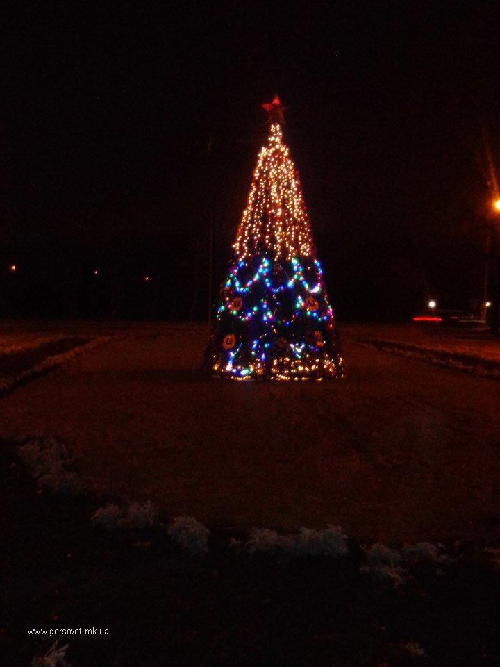 Ленинский район Николаева обзавелся Новогодней красавицей (ФОТО) (фото) - фото 1