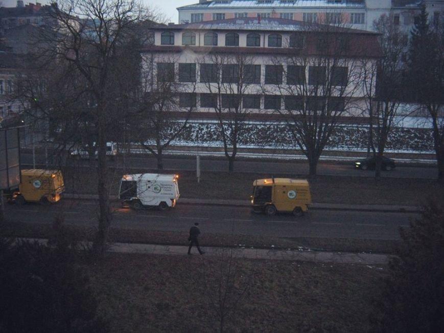 Пилососи чистять дорогу в Тернополі (фото) (фото) - фото 1