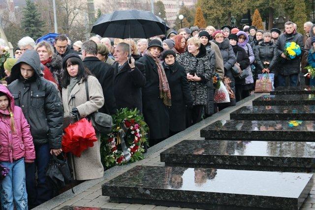 Сотні львів'ян провели в останню путь жінку-символ української честі (ФОТОРЕПОРТАЖ) (фото) - фото 5