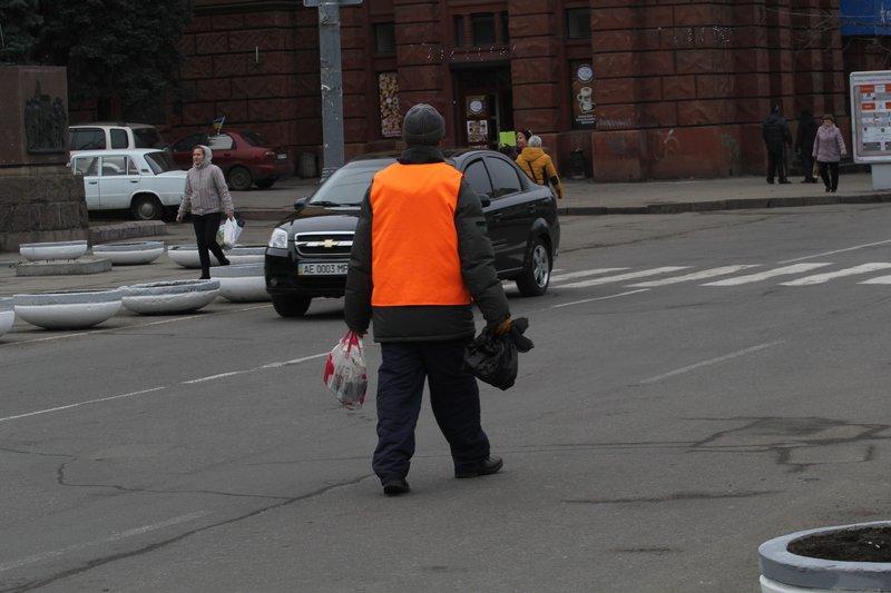 Как коммунальщики готовились к открытию елки в Днепропетровске (фото) - фото 1