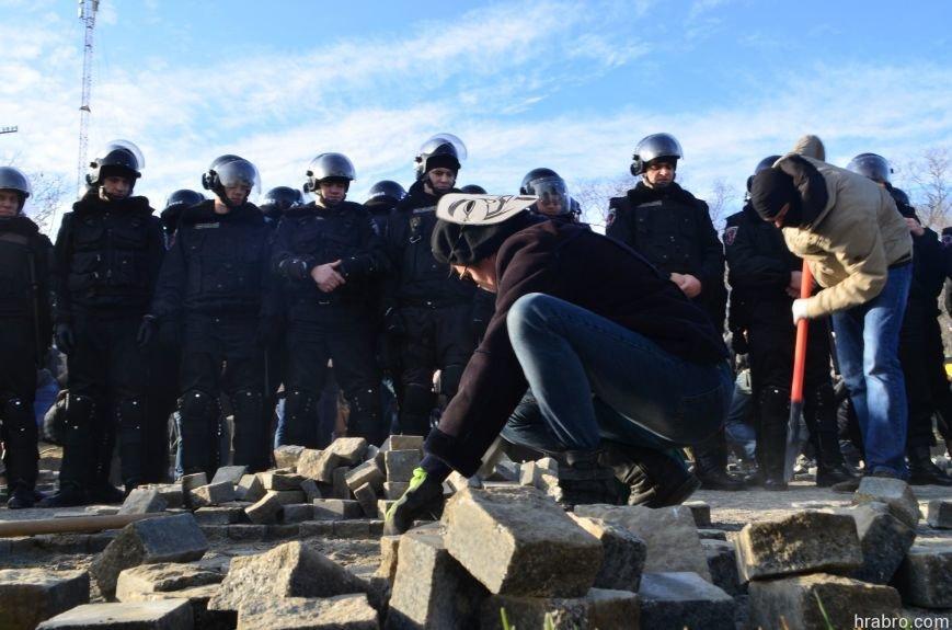 Активисты в масках анонимуса демонтировали стоянку у дельфинария «Немо» (ФОТО) (фото) - фото 1