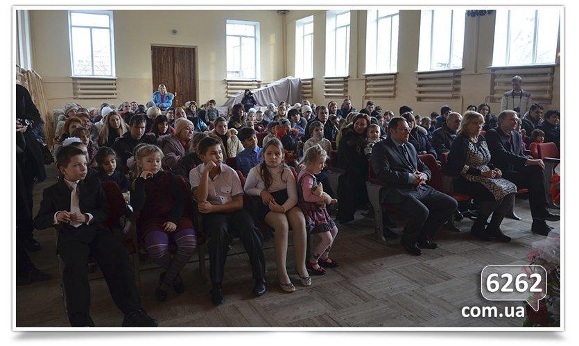 В Славянске на День Святого Николая и.о. мэра дарил подарки от неизвестного мецената. (фото) - фото 1