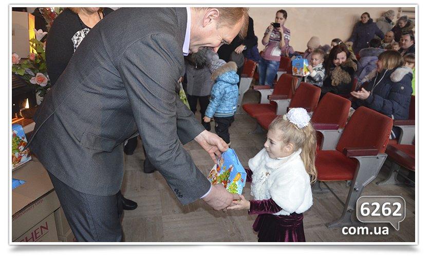 В Славянске на День Святого Николая и.о. мэра дарил подарки от неизвестного мецената. (фото) - фото 6