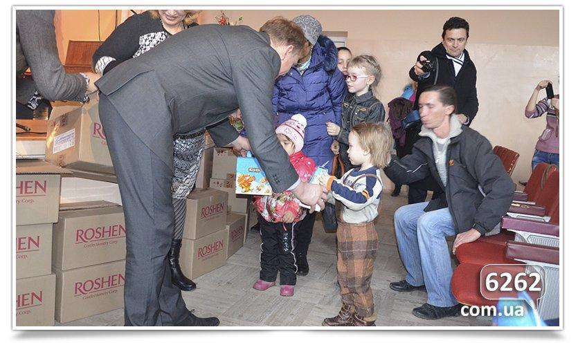 В Славянске на День Святого Николая и.о. мэра дарил подарки от неизвестного мецената. (фото) - фото 7