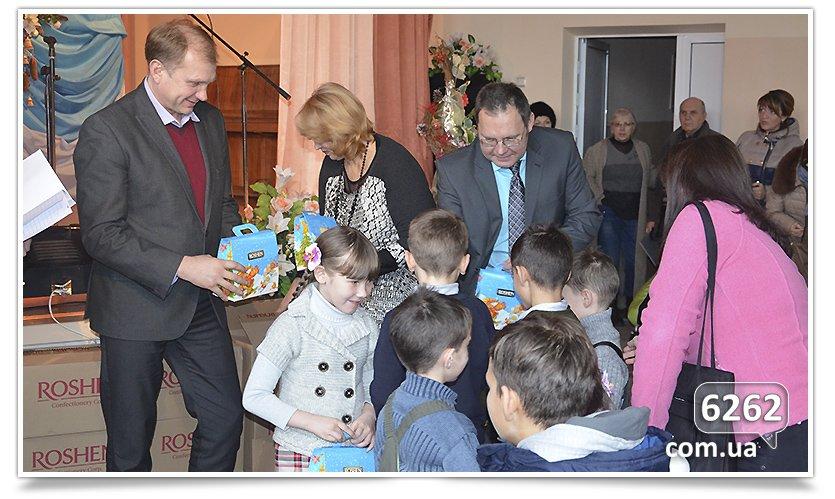 В Славянске на День Святого Николая и.о. мэра дарил подарки от неизвестного мецената. (фото) - фото 5