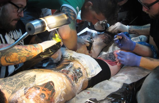 Полтавчанин установил рекорд по одновременному нанесению татуировок (фото) - фото 1