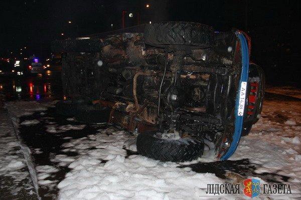 В Лиде пожарная машина после столкновения с БМВ опрокинулась и загорелась (Фото, видео), фото-5