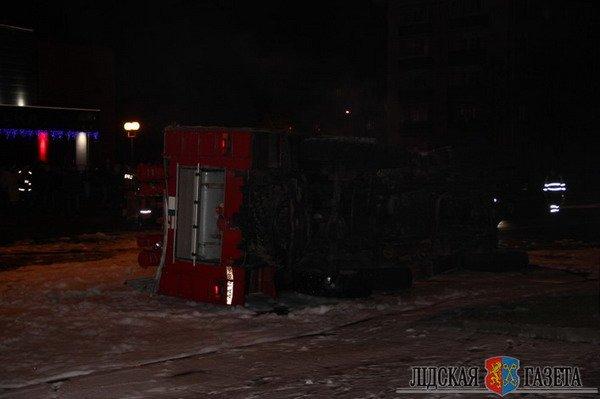 В Лиде пожарная машина после столкновения с БМВ опрокинулась и загорелась (Фото, видео), фото-1