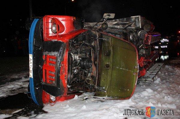 В Лиде пожарная машина после столкновения с БМВ опрокинулась и загорелась (Фото, видео), фото-4