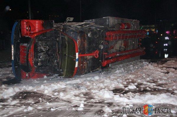 В Лиде пожарная машина после столкновения с БМВ опрокинулась и загорелась (Фото, видео), фото-3