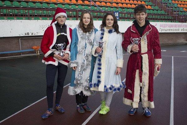 В новогоднем забеге Дедов Морозов приняло участие более 200 гродненцев, фото-6