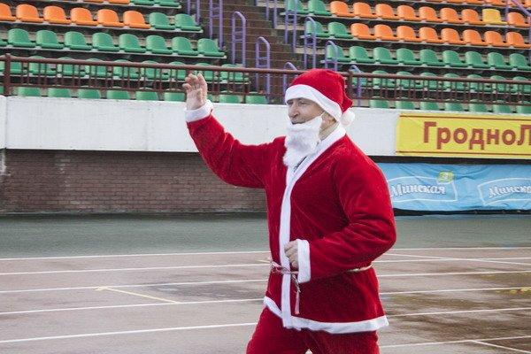 В новогоднем забеге Дедов Морозов приняло участие более 200 гродненцев, фото-2