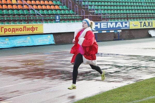 В новогоднем забеге Дедов Морозов приняло участие более 200 гродненцев, фото-1