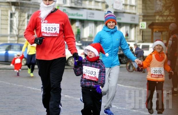 По центру Киева пробежало 600 «святых Николаев» (ФОТОРЕПОРТАЖ) (фото) - фото 1