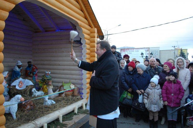 На Центральній площі у Чернівцях освятили Різдвяну шопку (фото) - фото 2